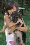 Fille et chiot Photo stock