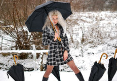 Fille et cinq parapluies noirs photo libre de droits