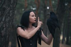 Fille et corbeau image libre de droits
