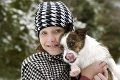 Fille et crabot en neige de l'hiver Images libres de droits