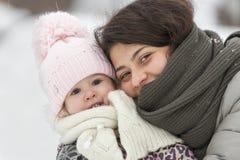 Fille et enfant heureux de sourire en hiver image libre de droits