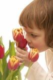 Fille et fleurs image stock