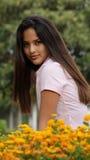Fille et fleurs de l'adolescence Image libre de droits