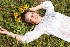 Fille et fleurs gentilles Photographie stock libre de droits