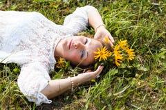 Fille et fleurs gentilles Photos stock