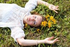 Fille et fleurs gentilles Images stock