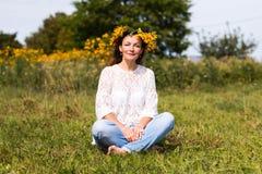 Fille et fleurs gentilles Photo libre de droits