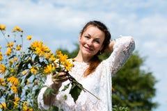 Fille et fleurs gentilles Photo stock