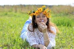Fille et fleurs gentilles Image stock