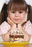 Fille et gâteau d'enfant Photos stock