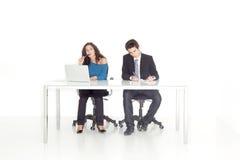 Fille et garçon à leur fonctionnement occupé de bureau Image libre de droits