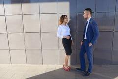 Fille et garçon attirants, jeunes hommes d'affaires, étudiants, discussin Images stock