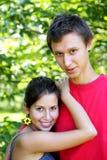 Fille et garçon dans l'amour dans un jardin ensoleillé Photo stock