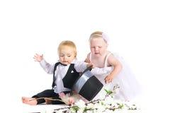 Fille et garçon dans une robe la mariée et le marié Photos libres de droits