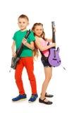 Fille et garçon jouant ensemble sur d'électro guitares Image libre de droits