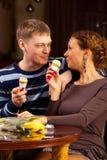 Fille et garçon mangeant la crême glacée dans le café Images libres de droits