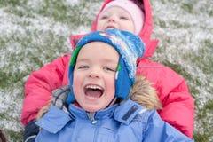 Fille et garçon sur la promenade Photographie stock libre de droits