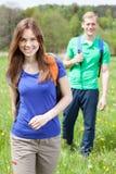 Fille et garçon sur la promenade de pays Photo stock