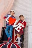 Fille et garçon tenant l'amour de mot Photographie stock