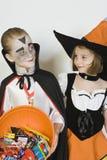 Fille et garçon utilisant des costumes de Halloween Images stock