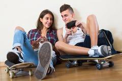 Fille et garçon jouant des jeux en ligne Images libres de droits