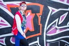 Fille et graffiti image stock