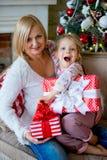 Fille et grand-mère avec des cadeaux de Noël Photos libres de droits