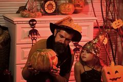 Fille et homme barbu avec les visages intéressés dans la chambre de carnaval photographie stock