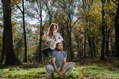 Fille et homme faisant la méditation de yoga Photos libres de droits