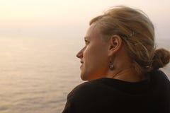 Fille et l'océan Photographie stock