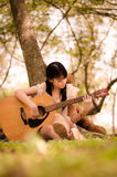 Fille et la guitare Image libre de droits