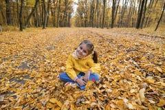 Fille et lames d'automne Images libres de droits