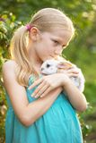 Fille et lapin photos stock