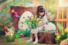 Fille et lapin Photographie stock libre de droits