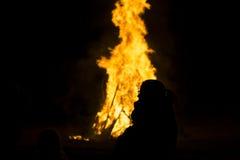 Fille et le feu Photos stock