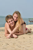 Fille et le jeune homme sur la plage Photos stock