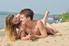 Fille et le jeune homme sur la plage Image libre de droits
