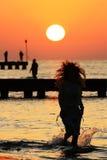 Fille et lever de soleil Photographie stock