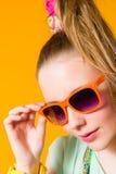 Fille et lunettes de soleil Images stock