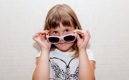 Fille et lunettes de soleil Photo stock