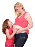 Fille et mère enceinte sur le blanc Photos libres de droits