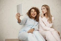 Fille et mère faisant la photo de famille tout en détendant à la maison Belle maman émotive prenant le selfie avec le bestie mign Photographie stock