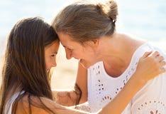 Fille et mère heureuses de Headshot Images stock