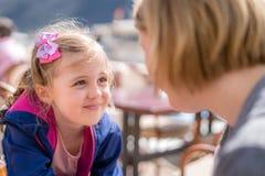 Fille et mère parlant dans un restaurant photos libres de droits