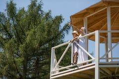 Fille et mère se tenant dans l'alcôve dans le jardin Images libres de droits