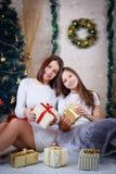 Fille et mère tenant des cadeaux de Noël Image stock