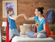 Fille et maman dans le costume de super héros Photo libre de droits