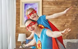 Fille et maman dans le costume de super héros Photographie stock libre de droits
