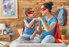 Fille et maman dans le costume de super héros Photo stock