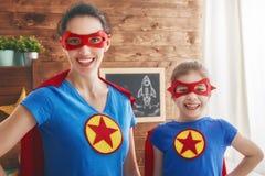 Fille et maman dans le costume de super héros Images stock